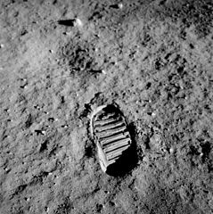 239px-Apollo_11_bootprint